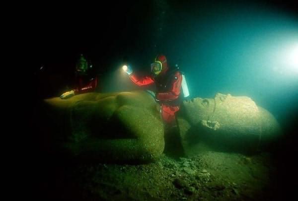 ومنهم من أغرقنا ...... 2lostcity.jpg