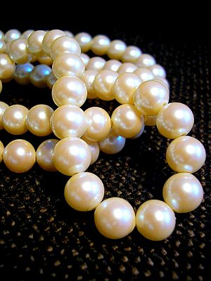 https://upload.wikimedia.org/wikipedia/commons/thumb/a/af/White_pearl_necklace.jpg/300px-White_pearl_necklace.jpg